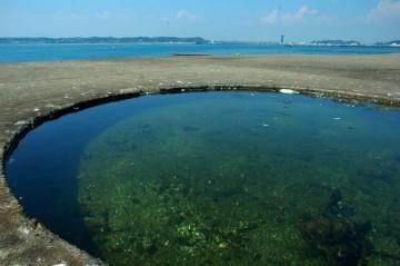 google earthに写っている丸い穴には水がたまっています。灯台を据えるための穴かな・・・何て想像します