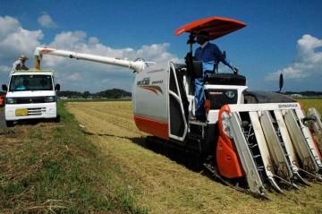天気が良いと仕事もはかどります。クボタコンバインER-108での稲刈り