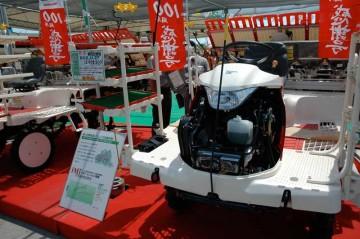 ヤンマー田植機 RG6-U-ZF ロータリー式 デーゼルエンジン17.4馬力 6条植 価格¥2,908,500 なんとディーゼルです。 聞くところによれば、田植機にデーゼルエンジンのトルクはとても有効なのだけど、今までは小型軽量のディーゼルエンジンができなくて載せられなかったそうです。それにしても高い!