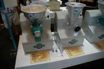 左、ニューこだま号(電車かな?)製粉機 NK-S型 価格¥92,400 右、同じくニューこだま号味噌擦り機 NK-B型 価格¥89,250