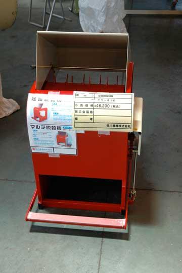 笹川農機 足踏み式脱穀機 FS-410 一番下のペダルをギッコンバッタン踏んで、脱穀ドラムを回す機械のようです。これは故障知らずでしょうねえ・・・これがあれば蕎麦の収穫もラクかな? 価格¥46,200