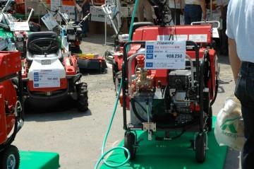 KIORITZ 右 自走ラジコン動噴 GSR616V-12 価格¥908,250 左 乗用モア(mower:草刈り機)RM88  価格¥701,400