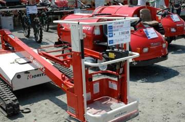 手前 高所作業機 KCG311H 価格¥1,102,500 その奥 スピードスプレーヤー SSVH535F 価格¥2,467,500 さらに奥 品番わからず 価格¥3,937,500