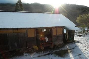 スレートハウスに雪が降る