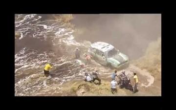 そしてその後、単車は反対側へ倒れてしまいます。もちろん水没・・・もう、もう、もう、泣きたくなるような事態発生です。