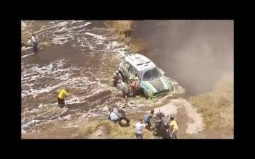 流れの急な川の中で単車がスタックしています。そこへレースカーがやってきて・・・接触!どつかれてます。嗚呼!