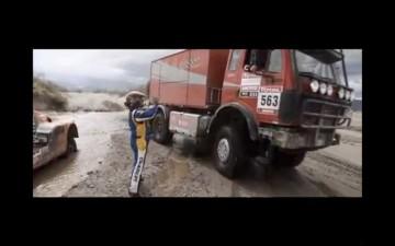 お〜い!止まってくれ〜! おじさんが手を振りますが、何台かトラックは通り過ぎてしまいます。これを冷たいと感じますか?