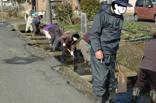 春の泥あげ 田んぼに水を引く前に各町内総出で水路の泥上げをします