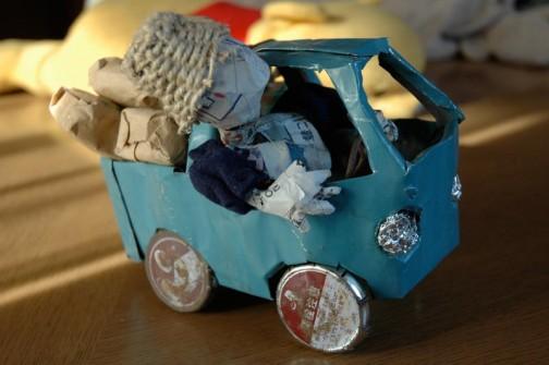 震災で解体した自分の作業小屋の屋根を葺いていた波トタンを叩いて作った軽トラ