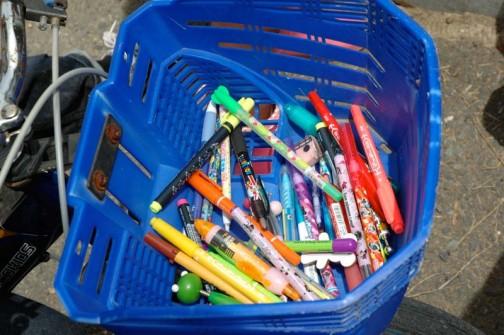 みんな書きたがってペンが足りなくなり、一番のおねえさんが自転車のかご一杯にペンを持ってきてくれました。なかなか美しい光景。