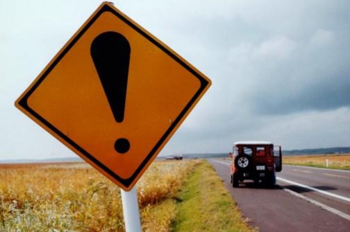 サロベツ原野にある補助標識ナシの注意標識。全くの直線道路の脇にあってなぜかここだけタイヤマークがたくさん! シカ注意ならそう書くでしょうし・・・