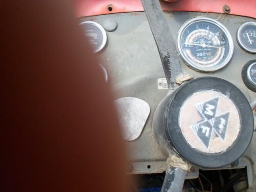 古くてやれてしまった運転席でもメーター類のメッキやガラスはそれほどやられていません。なんだかメーターだけ光って見えます。