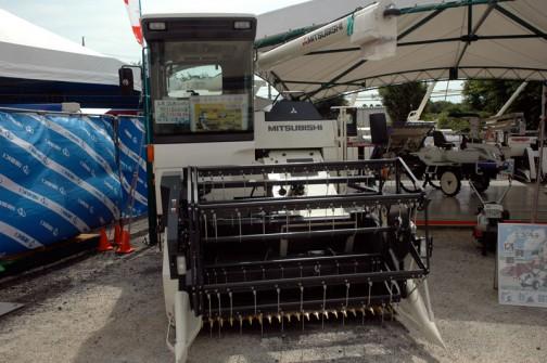三菱汎用コンバイン VCH650XS 水冷4サイクル4気筒縦型ディーゼルターボ 63.4馬力 小売り¥11056500と手書きで書いてあるのが斬新!水稲・麦大豆・蕎麦・菜種 刈取りOKだそうです。