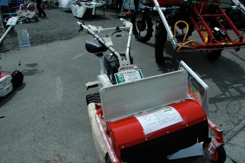 こちらは丸山の草刈り機 新型自走草刈り機(歩行モア)MF-651 価格¥512400 刈馬王というネーミングみたいです  前に付いている赤いものは刈馬王とは別のようで、歩行型草刈り機RX-651Eというタグが付いています 価格は¥575400  丸山製作所は110年の歴史があって東京の会社ですけど新潟の出みたいですね