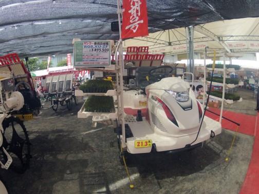 ヤンマー乗用8条田植機 RG8XU-ZF 施肥機付仕様 水冷4サイクル3気筒立形ディーゼル 21.3馬力 価格¥3895500 いい値段ですねえ
