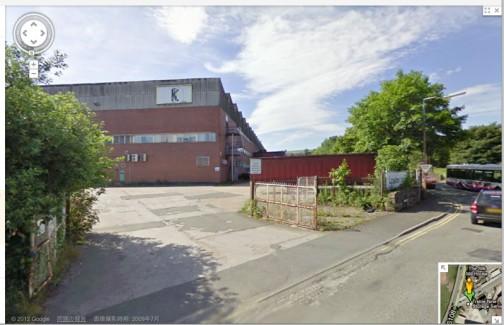 またストリートビューやってしまった・・・現在の同じ工場の壁には別の看板が・・・トラクターどこにも置いてありません。