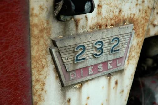 なんだかすっとした型番のエンブレム。ひび割れるほど塗装が厚かったのかなあ。なんか昔のトラクターは鉄板も厚そうだ。