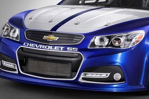 全米自動車競争協会主催のストックカーレースの車両。夜は走らないのでライトがシールというか「絵」
