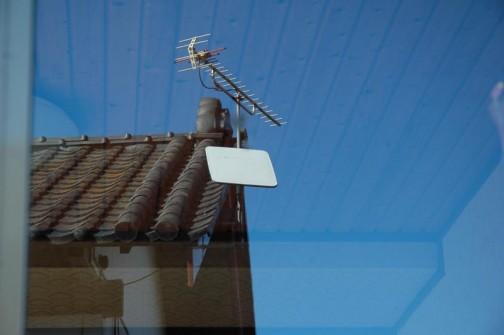 問題の窓を外から見てみる・・・確かに空が映っている(若干薄い感じだけれども)