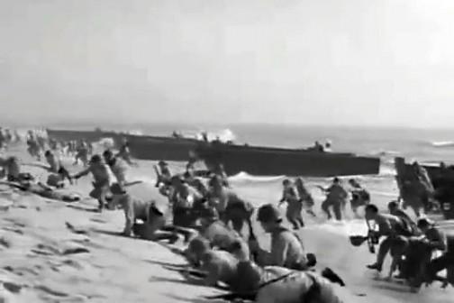 日本兵らしき兵隊たちが上陸してきます。なぜか口々に「おとも!」「おとも!」って言ってます。