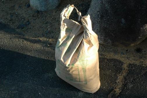町内会長さんの奥さんがよーく掻き回して干しておいてくれた収穫した蕎麦