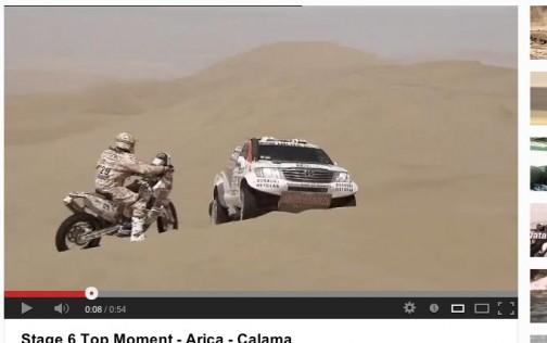 この単車の人もぼーっと見てないで、砂丘の下にスタックしているクルマがいるのを教えてあげればいいのに・・・