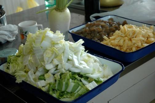 白菜、こんにゃく、油揚げ・・・この他に椎茸も切ります。