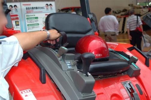 トラクターにこんな立派なシートベルトがあるなんて知りませんでした。どうせなら3点式がいいですけど・・・