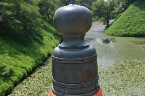 写真は八重の桜で盛り上がっている会津若松市のシンボル鶴ヶ城、そのお堀にかかる廊下橋という木の橋の欄干の柱のフタ?? コレのことをギボウシ(擬宝珠)というらしいです。
