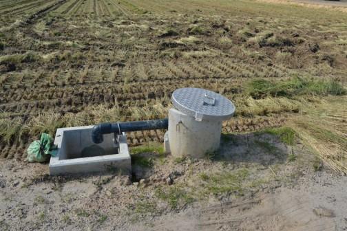 別の田んぼで見たパターン。これは完全に農道と法面の際にあって機械のジャマにならないように設置されています。