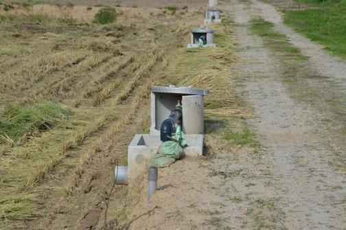 そういう巨大バルブが田んぼに向かって砲列を敷いている・・・そんな図です。