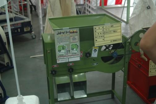 笹川農機株式会社 スーパー唐箕 B-2 価格¥39,375 手回しですけど、ゼッタイに壊れそうもない機械・・・これでこのお値段は安いかなあ。
