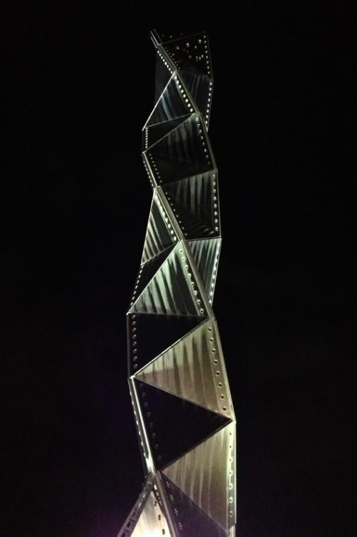 水戸芸術館のシンボル。クネクネタワー(なんて名前なんだろ? 名前がついているのかもしれないけど、忘れてしまったのか、そもそも聞いてないのかすら忘れてしまった)磯崎 新さんという有名な建築家の設計だそうです。どうでもいい話ですが、この磯崎 新さんは有名な建築家だって、NHKのスペイン語講座でテキスト中のホセ君がそういっていたので知りました。夜の写真しかなくてすみません。