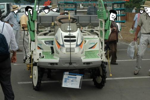 ヤンマー6条植え乗用田植機 施肥機付き 使用時間は372時間 価格は¥700,000 だいたい400時間弱で買い替えたくなるんですかねえ・・・すこやかペダリストって書いてあります。色はぼんやりしてますけど、形はなかなかカッコいいな。