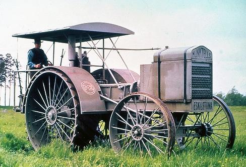 これが1913年の焼き玉2サイクルディーゼル機関のトラクター。2気筒焼き玉14.4リッター 40馬力