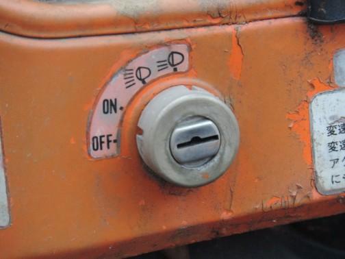 キーを挿して回すと、自動車ならセルモーターが回るところですが、ライトが点きます