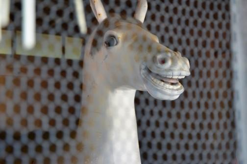 車を降りて進むと・・・ギョ! なにこれ? 今年の干支? 妙に目力のある馬の人形?です。