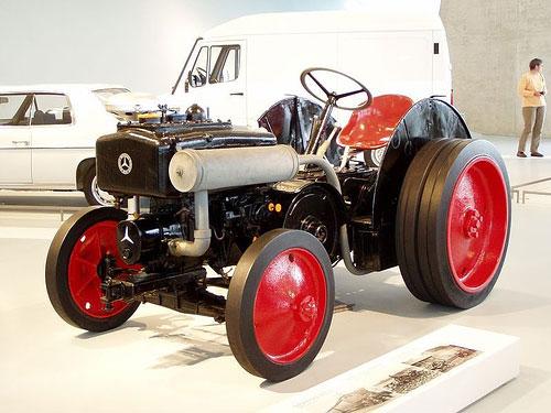 不思議な・・・トラクターなんでしょうねぇ・・・車みたいですが・・・