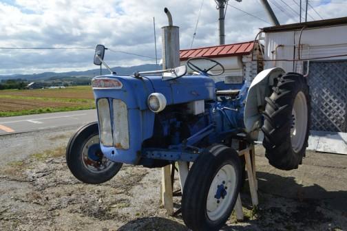 わお! ウロウロしているうちに見つけました。「フォードソン・スーパーデキスタ」っていうんでしょうか? 1960年代の青いトラクターです。看板トラクター、「看トラ」ですね!