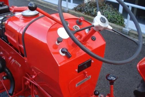 ポルシェ・ジュニア運転席まわり。こっちはハンドルが右にオフセットされています。それにインスツルメントパネルがカマボコ型。
