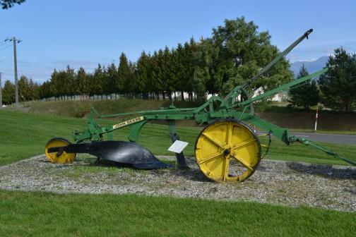 1951? John Deere Antique Plow 北海道の深耕事業に使われていたと思われるジョンディアの古いプラウ。1951年頃? 緑の機体に黄色いホイール・・・やっぱりこの色の組み合せはいいなあ・・・