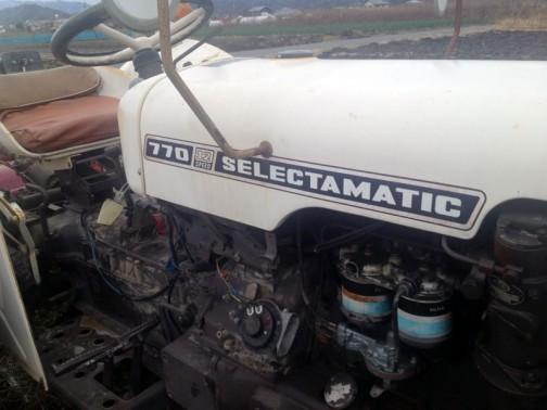 デビッドブラウントラクター david brown tractor 770 selectamatic ステッカーもオリジナルなものが残っています。一部とっても綺麗な部品がついていますね。シートも当時モノでしょうか・・・ハンドルまで白かったんですか・・・徹底しています。