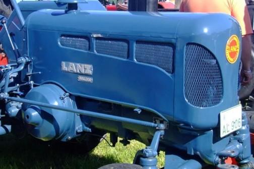 反対サイドの写真を見つけました。ここに大きく「LANZ」そしてその下に小さく「 bulldog」と銘があります。緑のLANZだけジョンディア・ランツトラクターで、それ以外はみんなランツ・ブルドッグだったんです!