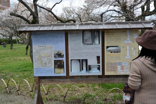 水戸藩の藩校弘道館 八卦堂 看板が立ってます。どうも中には「弘道館記碑」というものが納められていたらしい。
