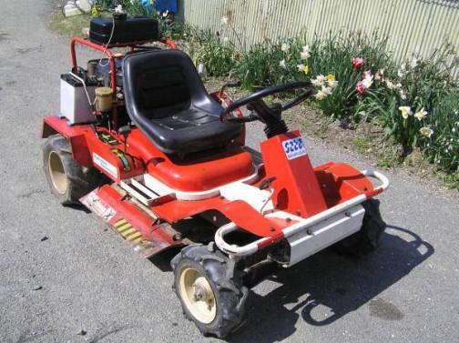 こちらは佐藤製作所の乗用草刈り機