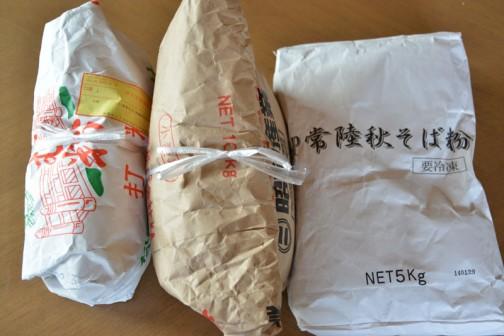 左から打ち粉、真ん中がつなぎ粉、右が蕎麦粉です。