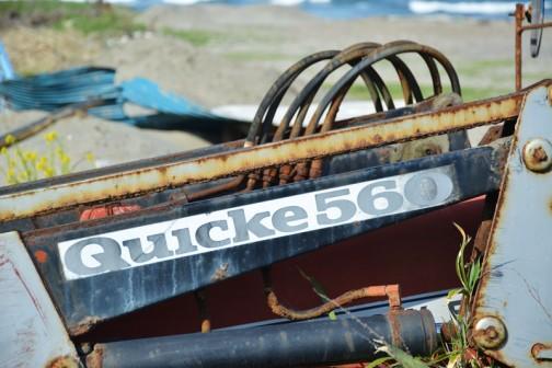 ちらっと向こうに海が見えてお気に入りの写真。フロントローダーの商品名は「Quicke 560」とあります。「♪今はもう、動かない♬」と、歌が聞こえてきそう・・・