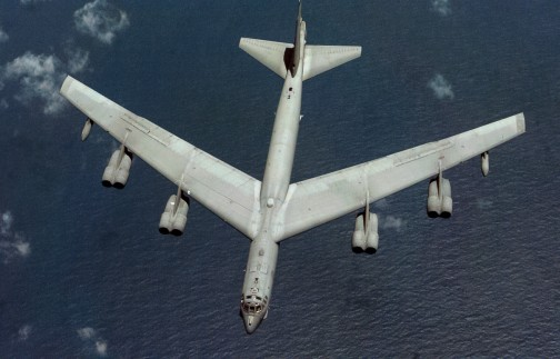 B-52 Stratofortress showing wing with a large sweepback angle.とキャプションがあります。