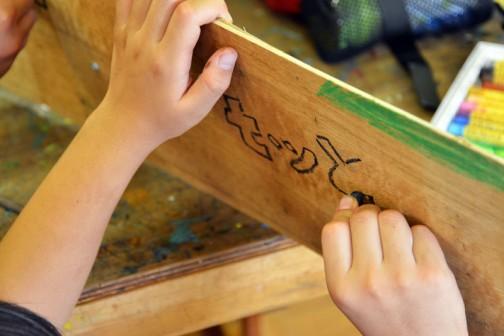 子供が必要だと思って家から持ってきた材料を使って大きな竹とんぼを作ります。「力を合わせる」「力を重ねる」て大きな竹とんぼを引き揚げるのがテーマなので、ベニヤもわざと重ねてます。子供が七ツ洞の箱文字を書いています。