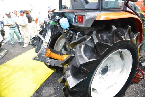 クボタトラクター スラッガー SL-54 kubota tractor SLugger SL54HCQMAN-7P 価格 6,680,880(税込み)☆54馬力☆特殊自動車3次排ガス規制に適合する最新ディーゼルエンジン☆高い電動効率とスムーズな無段変速、デュアルドライブトランスミッション(C仕様)☆クボタスマートアグリシステム(KSAS)標準装備 お尻は意外とガッチリしている印象です。タイヤの山と山の間にある、ドロつき防止のイボイボがよくわかります。